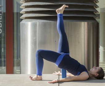 Hansa Yoga, Katharina Rodewald, Forrest Yoga ® Bridge over block with one leg up