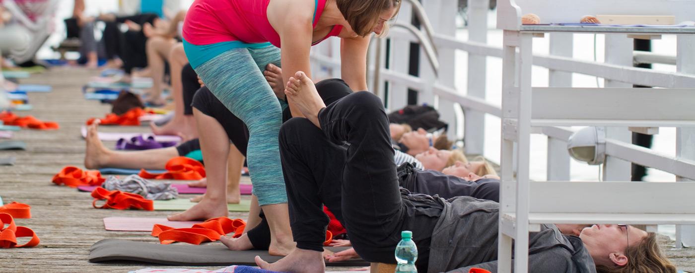 Hansa Yoga Forrest Yoga mit Katharina Rodewald Unterrichten teachen assistieren Bridge ankle over thigh © Günter Kupich, Hamburg