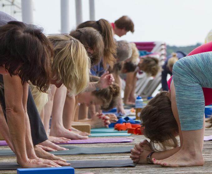 Hansa Yoga Forrest Yoga mit Katharina Rodewald Head to ankle © Günter Kupich, Hamburg