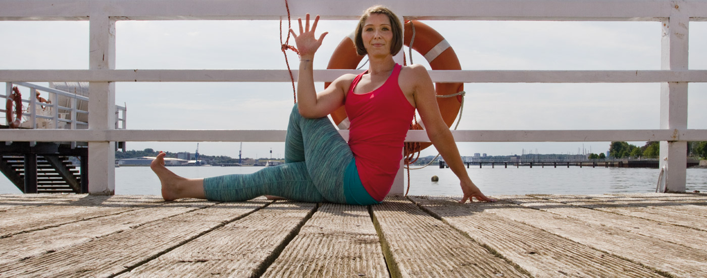 Hansa Yoga Forrest Yoga mit Katharina Rodewald Seated Spinal Twist One Leg Straight One Knee Up © Günter Kupich, Hamburg