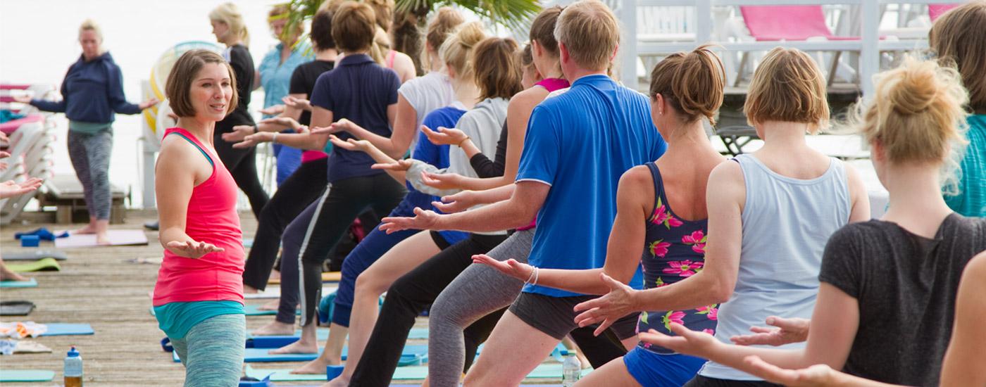 Hansa Yoga Forrest Yoga mit Katharina Rodewald Klasse unterrichten teachen Warrior 2 two with shouler shrugs © Günter Kupich, Hamburg