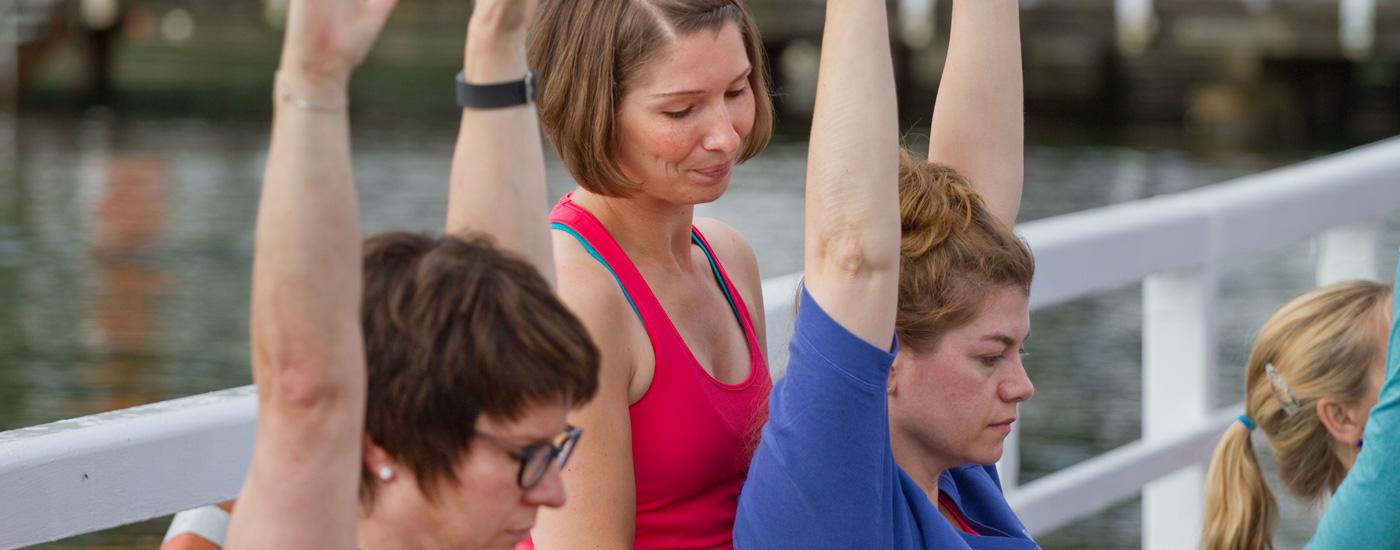 Hansa Yoga Forrest Yoga mit Katharina Rodewald Unterrichten teachen assistieren Sunsalutations Suns Sonnengruß aktive Hände © Günter Kupich, Hamburg