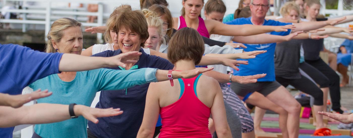 Hansa Yoga Forrest Yoga mit Katharina Rodewald Unterrichten teachen assistieren Warrior two Krieger 2 © Günter Kupich, Hamburg