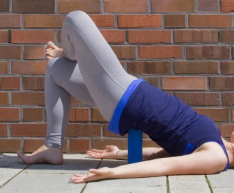 Hansa Yoga – Forrest Yoga mit Katharina Rodewald, Bridge over block, Bridge ankle over thigh @ Günter Kupich, Hamburg