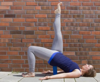 Hansa Yoga – Forrest Yoga mit Katharina Rodewald, Bridge over block, Bridge one leg up @ Günter Kupich, Hamburg
