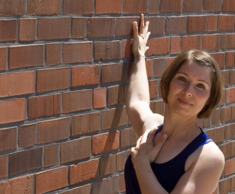 Hansa Yoga – Forrest Yoga mit Katharina Rodewald, Chest opener on the wall © Günter Kupich, Hamburg