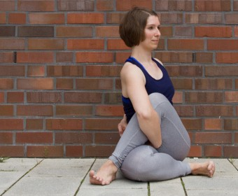 Hansa Yoga – Forrest Yoga mit Katharina Rodewald, Seated Spinal Twist Interlock © Günter Kupich, Hamburg