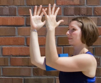 Hansa Yoga – Forrest Yoga mit Katharina Rodewald, Unlocking the shoulders with block between upper arms © Günter Kupich, Hamburg