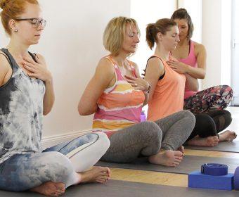 Hansa Yoga Forrest Yoga Hamburg Winterhude Pranayama Brahmari Breath into heart